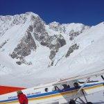 <p>L'agile Pilatus Porter che ci ha depositato sul ghiacciaio a 1600m non lontano dal rigugio di Plateau, sullo sfondo Auraky Mount Cook.</p>